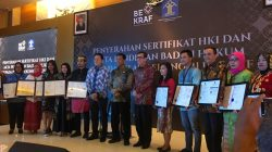 Pelaku industri kecil dan menengah Kota Banda Aceh Menerima Sertifikat Hak Kekayaan Intelektual dan Akta Pendirian Badan Hukum